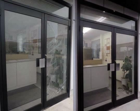 名古屋市 アルミ両開きドアのガラス修理